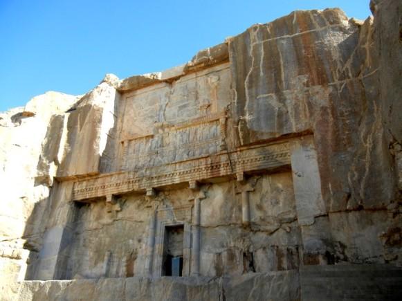 """Tombe d'Artaxerxès III, où on ne pouvait malheureusement pas rentrer (pourtant, c'est le seul """"bâtiment"""" qui en jetait !)"""